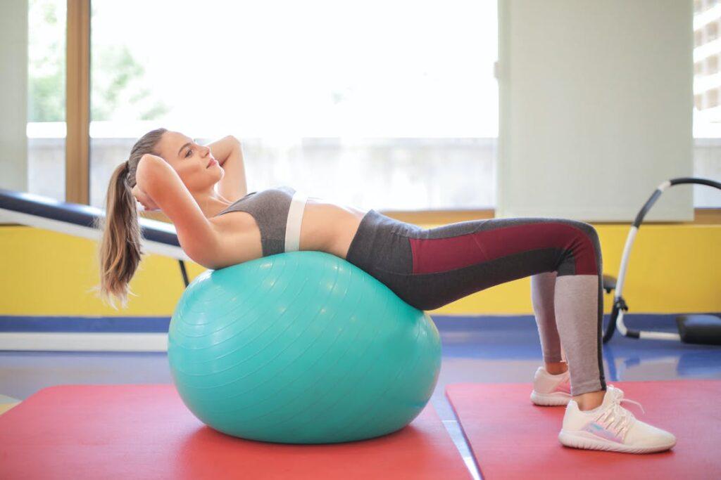 Kvinde i fitness med yoga bold