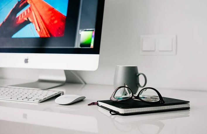 arbejde ved skrivebordet