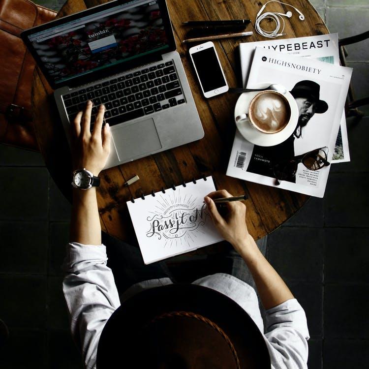 Kunst-computer-kaffe