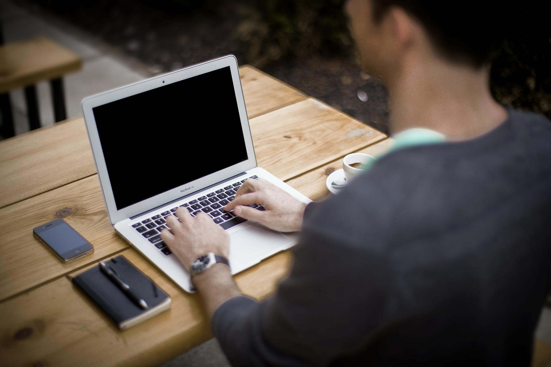 Mand og computer